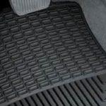 Welurowe vs. gumowe dywaniki samochodowe
